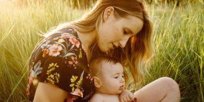 Masz problem z wypadaniem włosów po porodzie? Dowiedz się, jak o nie zadbać