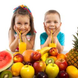 dzieci jedzą
