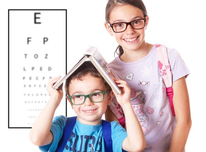dzieci w okularach