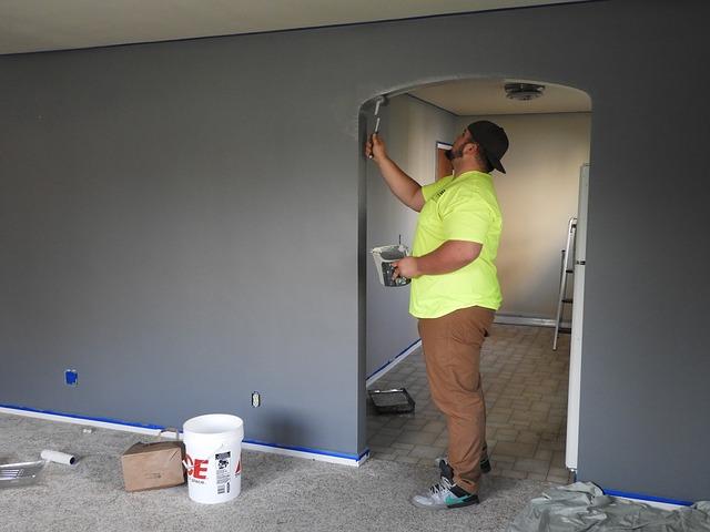 Do malowania powierzchni wymagających precyzji użyj małego wałka lub pędzelka