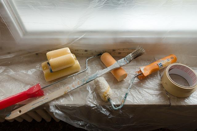 Zabezpieczenie okien i parapetów folią malarską ułatwi prace porządkowe
