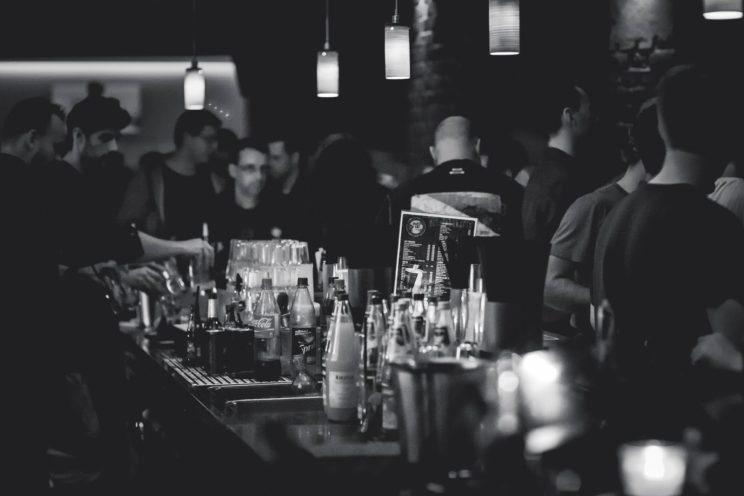 często wychodzenie do baru może być jednym z objawów choroby alkoholowej