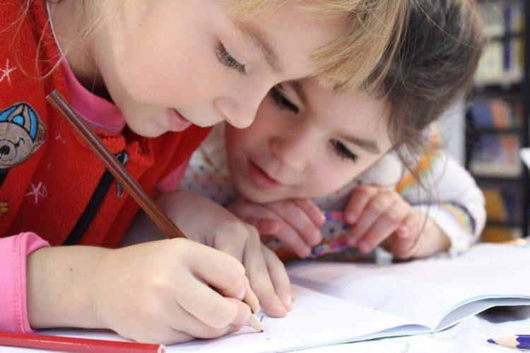 Dzieci uczące się rysunku w profesjonalnej szkole