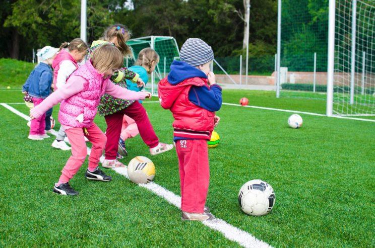 Zajęcia z piłki nożnej dla chłopców i dziewczynek