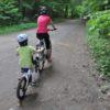 Mama z dzieckiem na rowerze