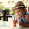 Zdrowe smoothie dla dziecka - 3 przepisy na koktajl do kubka ze słomką