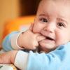 Kiedy spodziewać się pierwszych ząbków i jakie objawy świadczą o ząbkowaniu?
